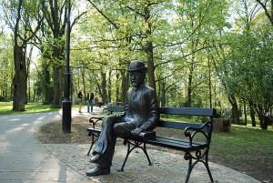 800px-Naleczow_park_b_prus_statue